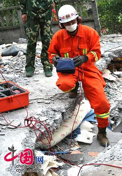 地方捐赠的价值37万的生命探测仪在此次地震灾害的营救工作中起到了非常重要的作用。武越明/摄影