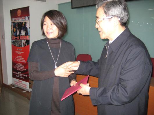 中华慈善总会会长范宝俊为毛泽东外孙女孔东梅(左)颁发捐款证书。