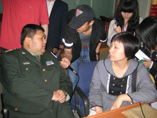 毛泽东孙子毛新宇(左一)接受媒体采访时表示,希望战士们能救出更多的人。