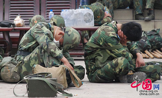 5月17日,什邡市蓥华县驻扎开封某空降兵部队指挥部,战士们在几个昼夜的艰苦战斗后进行短暂的休息。武越明/摄影