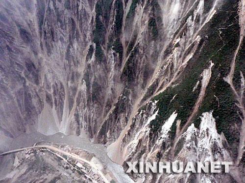 5月16日,茂县县城周围的山体不时有塌方发生。