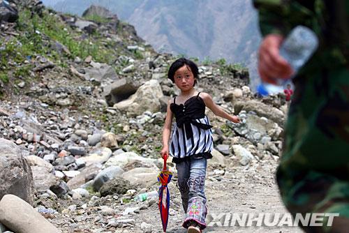 5月16日拍摄的一个从汶川县灾区步行出来的孩子。