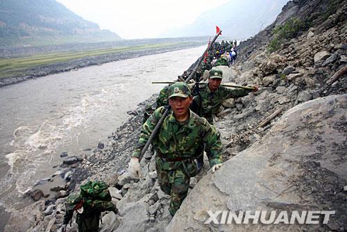 5月16日,救援官兵步行向汶川灾区挺进