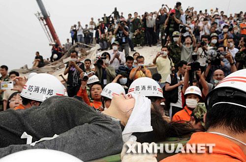 5月17日18時18分,救援人員從四川省什邡市鎣華鎮化工廠廢墟中搜救出31歲的女職工卞剛芬