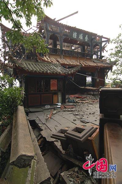 俯瞰都江堰水利工程的最佳观赏点之一的泰堰楼受到地震破坏。(拍摄时间 2008年5月17日) 武为民/摄影