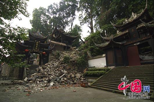 都江堰二王庙牌坊门被地震破坏。(拍摄时间 2008年5月17日) 武为民/摄影