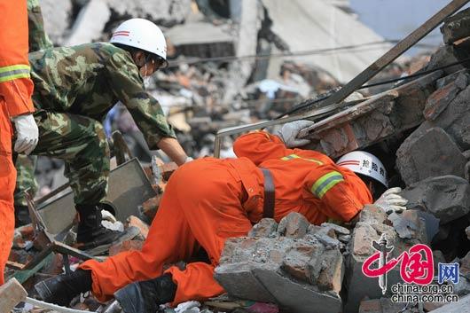 """5月16日映秀镇救援人员一直在废墟中呼喊:""""还有人吗!""""。 朱建国/摄影"""