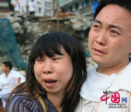 5月16日,映秀镇一对年轻父母眼睁睁地看到自己的女儿被埋在学校教室下。 朱建国/摄影