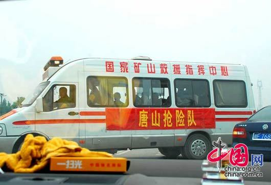 5月17日,在从成都前往绵竹九龙镇、汉旺镇的路上,来自唐山的抢险队。 杨恒/摄影