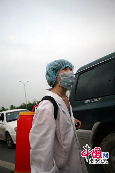 5月18日,四川江油市,从灾区回来的车辆和人进行消毒(中国网 胡迪摄)