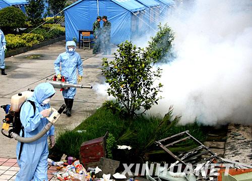 四川省汶川县映秀镇全面开展消毒防疫工作,防止灾后疫情发生。