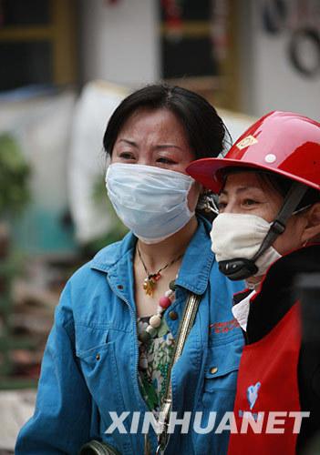 5月18日,一名受困者亲属(左)在绵竹市汉旺镇搜救现场守候。