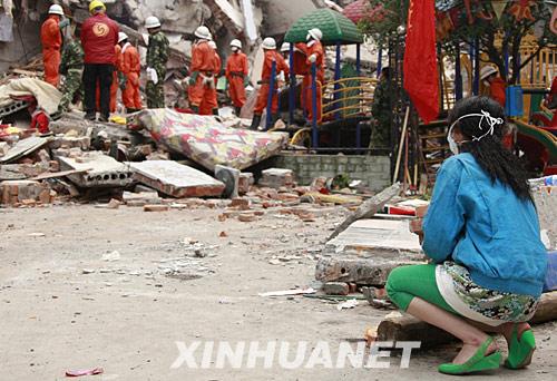 5月18日,一名受困者亲属在绵竹市汉旺镇搜救现场守候。
