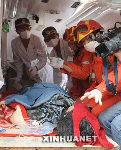 5月19日10点半左右,国家地震救援队在北川县城菜市场附近的废墟中成功救出61岁的李宁翠。她已在废墟中被困164小时。