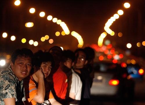 5月20日凌晨,因受汶川震区附近有可能发生六至七级余震消息的影响,数以万计的成都市民夜宿街头以避震