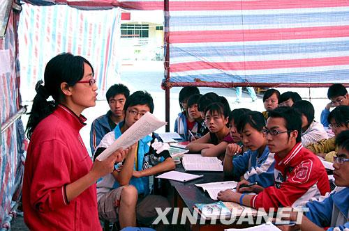 5月16日,陇南市一中的高三学生在帐篷中上课。