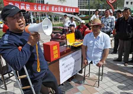 全中国的人民包括海外华人和友人都在为地震灾区募捐,大家有钱的出钱,有力的出力!这位不知名的残疾人,虽然失去了双腿,但是他仍然要献出自己的一份爱心,这一瞬间让人震撼,更让人感动!