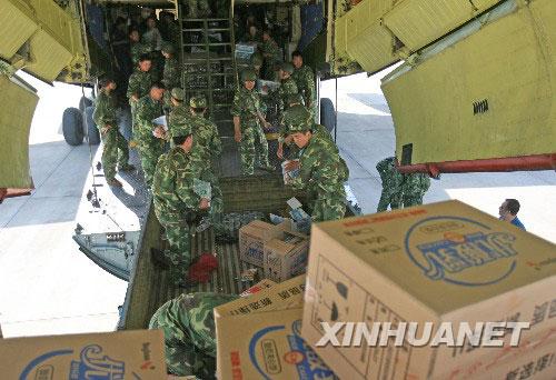 解放军官兵将各种救灾物资搬上飞机
