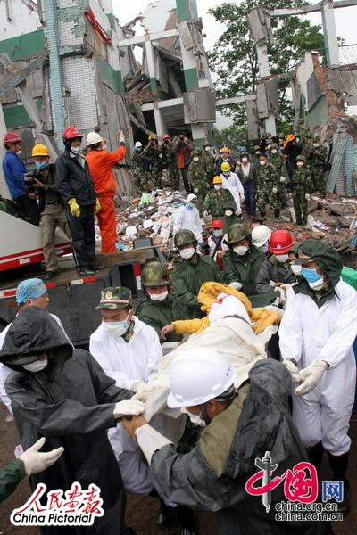 地震救援现场直击:汉旺——不抛弃 不放弃[组图]