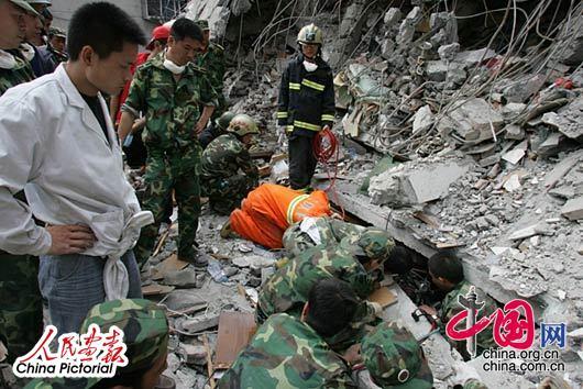 战士们冒死进入废墟实施救援。