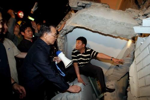 这是温家宝在都江堰市一所医院的废墟中,透过缝隙向埋在里面的人喊话。