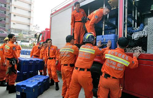 台北市地震搜救队整装待命 随时可奔赴灾区[组图]
