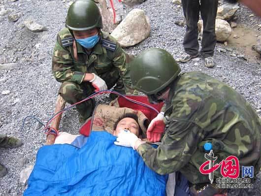 5月20日下午17时50分许,空降兵某部救援队成功救出的4名矿工安全转入医疗救助站,创造了地震后被埋191小时生还的新纪录。