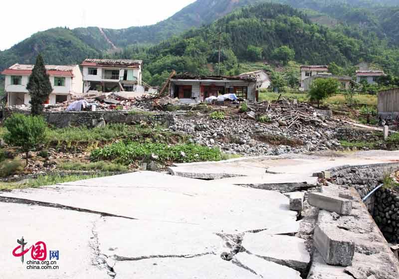 通往北川县信用村唯一的道路(中国网 王锐摄影)