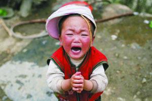 图文:孩子在妈妈身边捧着双手哭泣