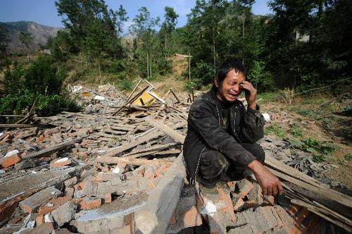 图文:村民因3名家人生死不明焦急痛哭