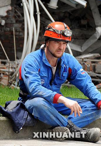 5月18日,一名疲惫的俄罗斯救援队员在搜救现场休息。 5月16日,俄罗斯救援队抵达汶川大地震灾区,在3天的搜救过程中,成功救出了一名被困127小时的幸存者。