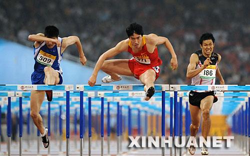 """5月24日,上海选手刘翔(中)在男子110米栏决赛中以13秒18的成绩夺得冠军。当日,""""好运北京""""2008中国田径公开赛在国家体育场继续进行。 新华社记者郭大岳摄"""