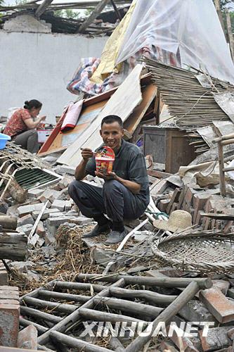 龙门山镇,受灾群众,北川县,灾区群众,废墟,仁和村,课本,汶川,天齐,抗灾自救