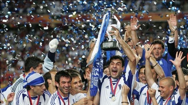 萨戈拉基斯在希腊队2004欧锦赛夺冠后举起了德劳内杯