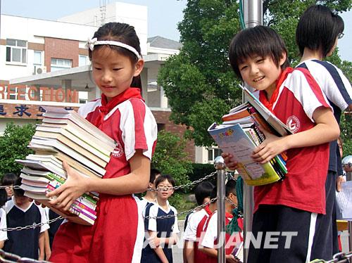 """5月26日,苏州外国语学校开展""""为灾区的孩子们捐一本书""""活动,同学们踊跃捐书。"""