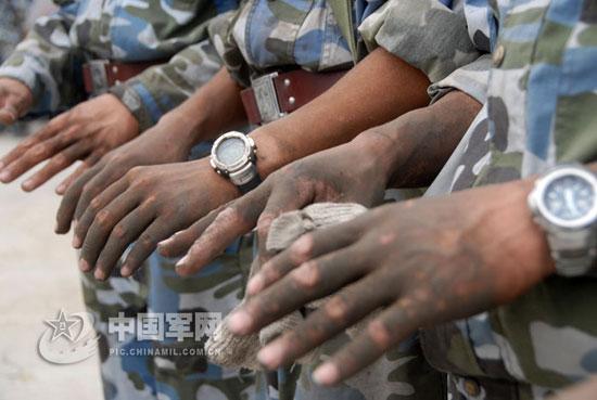 既使戴着手套,战士们的双手仍然被灰尘染得漆黑。(