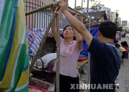 5月27日,陕西省宁强县居民正在搭帐篷。 当日,陕西省宁强县发生5.7级余震。