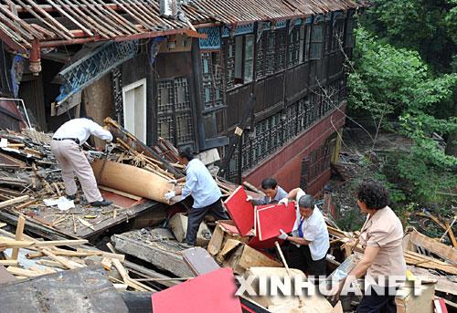 5月26日,人们在四川都江堰景区清理抢救文物。
