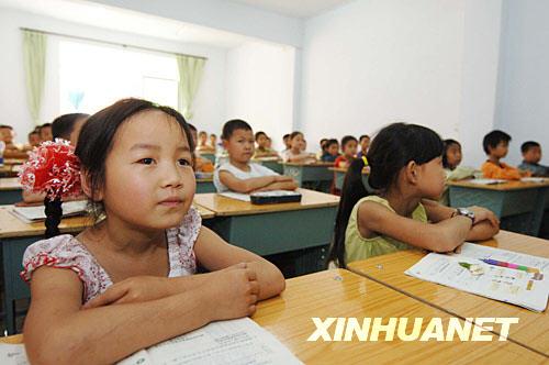 5月27日,高雅倩和同学们一起在临时教室内听课。
