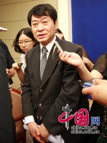 国家发展和改革委员会副主任穆虹会后被记者团团围住 中国网 杨楠/摄影