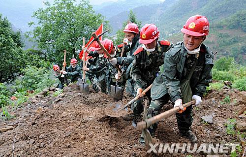 5月29日,武警水电二总队正在开辟山路。