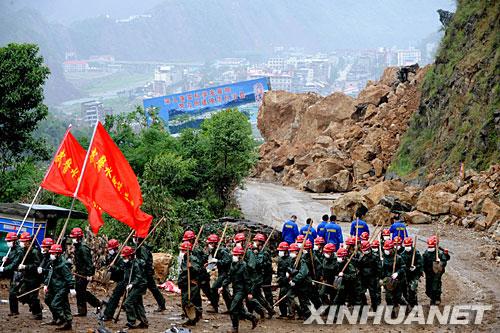 5月29日,武警水电二总队行进在山路上.