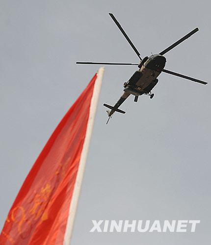 6月1日,在汶川县映秀镇,一架直升机准备前往附近山区搜寻失事直升机。