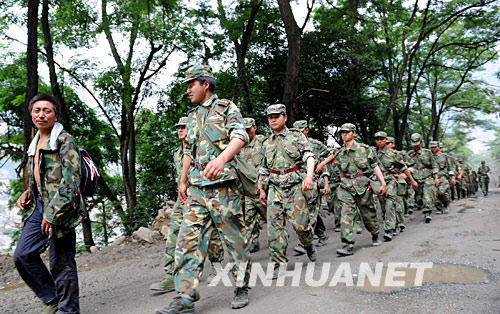 6月1日,在汶川县映秀镇,解放军官兵在当地向导的带领下前往指定区域搜寻失事直升机。