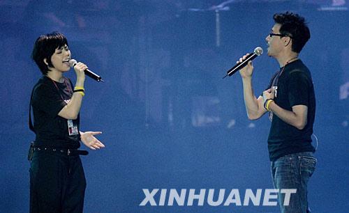 6月1日,歌手张惠妹(左)和张学友参加义演