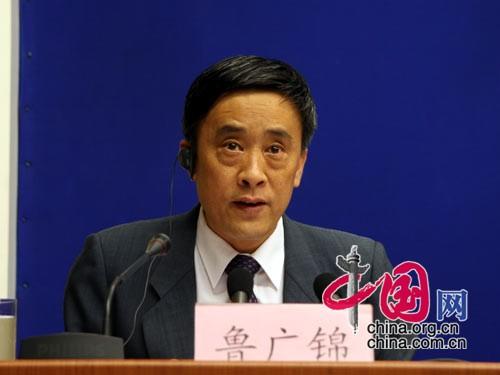 国新办新闻局副局长鲁广锦主持本次发布会