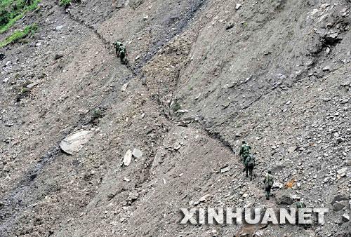 6月2日,阿坝军分区官兵在都江堰市赵公山附近继续搜寻5月31日失事的直升机。