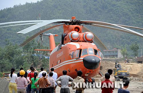 6月2日,群众在北川县擂鼓镇观看米―26直升机。米-26直升机从唐家山堰塞湖坝顶吊运抢险物资设备至北川擂鼓镇的工作于当日结束。在唐家山堰塞湖抢险中,可以悬吊近20吨重货物的米―26直升机发挥了重要作用。正是有了它,挖掘机、推土机、自卸车这些重型装备和大量油料才能顺利运上坝顶,抢险施工才能全面展开。