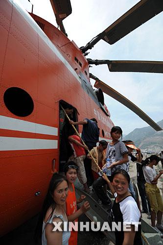 6月2日,群众在机组人员的同意下进入米―26直升机内参观。米-26直升机从唐家山堰塞湖坝顶吊运抢险物资设备至北川擂鼓镇的工作于当日结束。在唐家山堰塞湖抢险中,可以悬吊近20吨重货物的米―26直升机发挥了重要作用。正是有了它,挖掘机、推土机、自卸车这些重型装备和大量油料才能顺利运上坝顶,抢险施工才能全面展开。