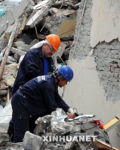 5月18日,俄罗斯救援队员正在用声音搜救仪寻找幸存者。 5月16日,俄罗斯救援队抵达汶川大地震灾区,在3天的搜救过程中,成功救出了一名被困127小时的幸存者。 新华社记者 陈燮 摄